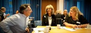 Glada deltagare i energisk diskussion